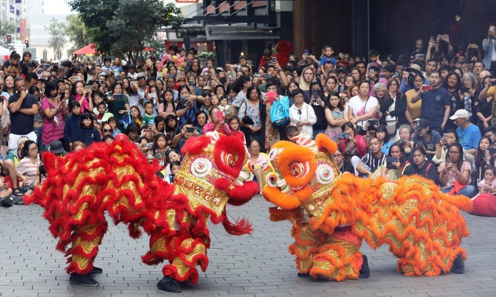 Hình ảnh múa lân trong dịp đầu năm mới ở Trung Quốc