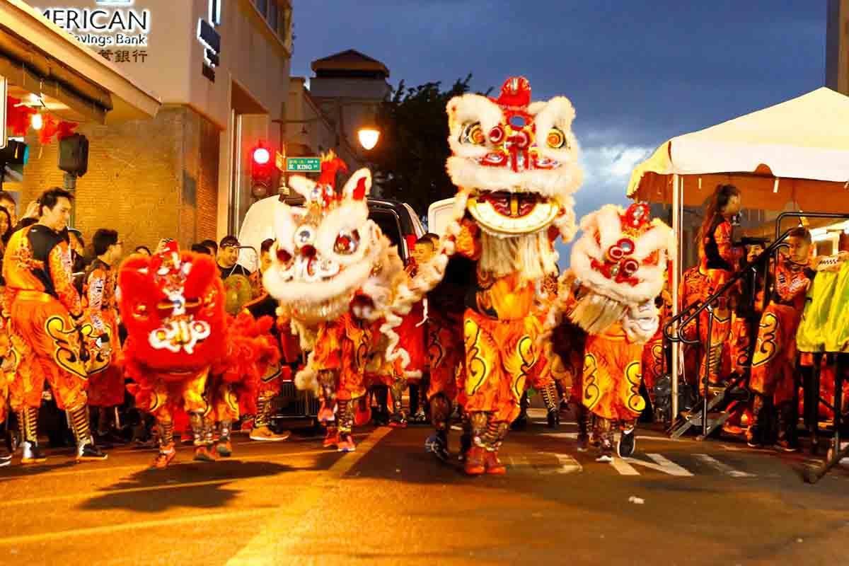 Hình ảnh múa sư tử trong dịp Tết cổ truyền của ngươi Trung Quốc