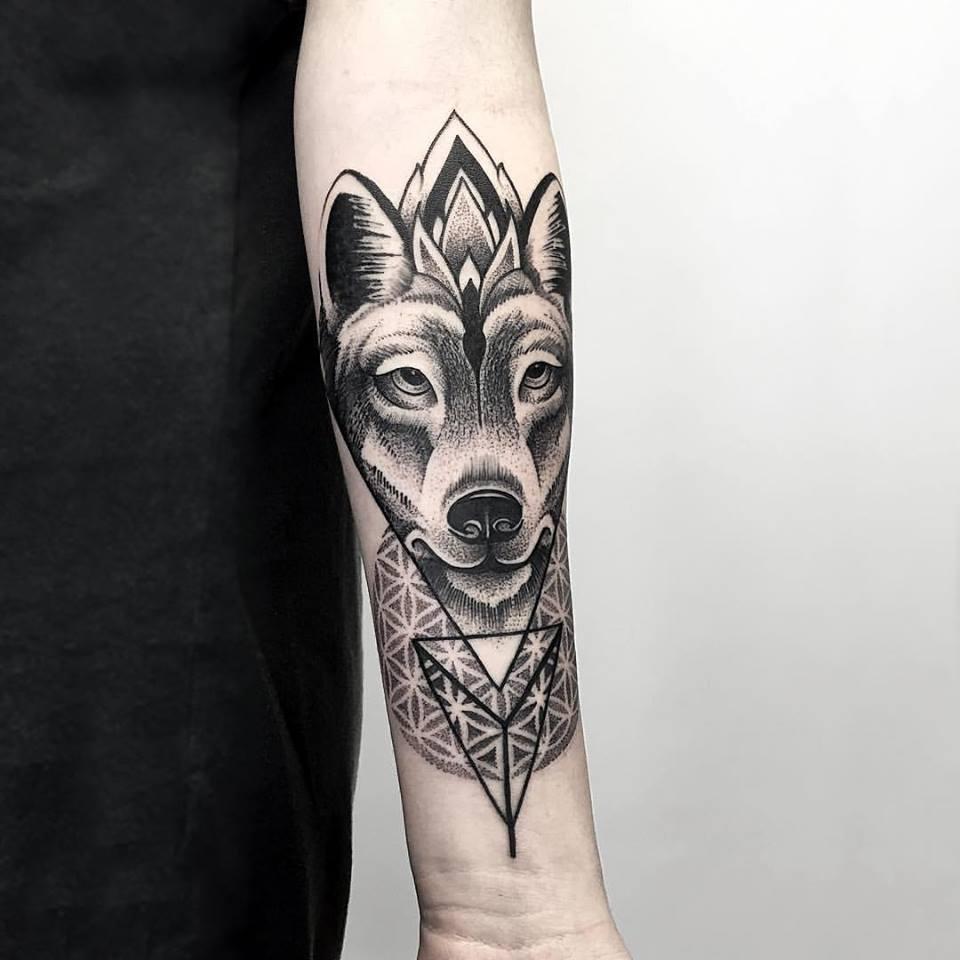 Hình xăm chó sói hoa văn