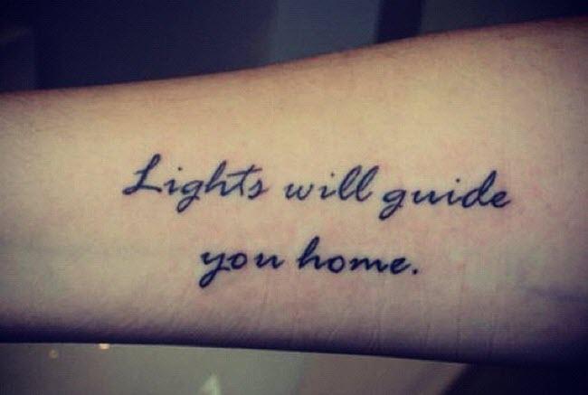 hình xăm chữ lights will guide you home (ánh sáng sẽ dẫn bạn về nhà)