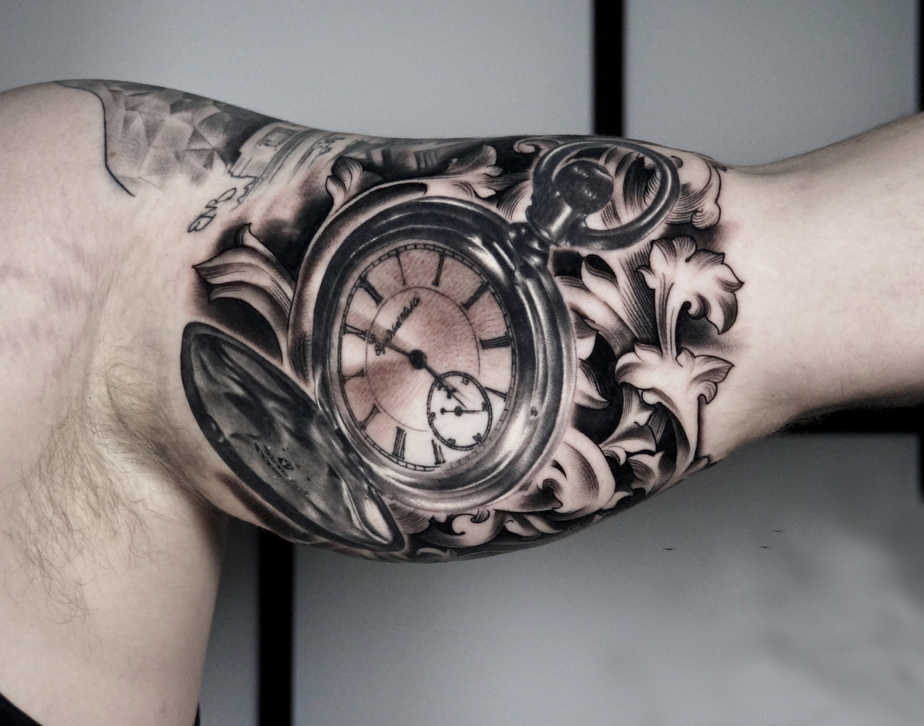 Hình xăm cô gái và đồng hồ