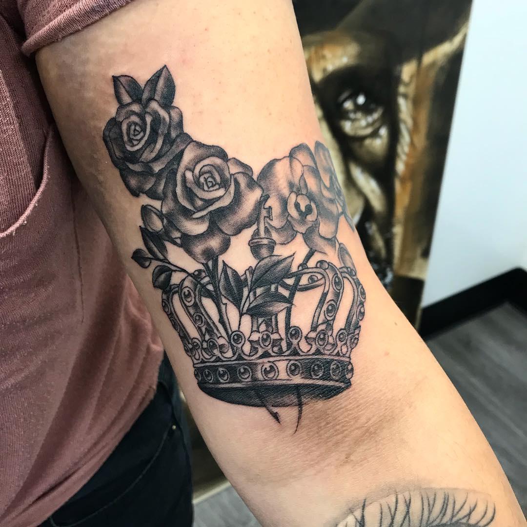 Hình xăm vương miện hoa hồng