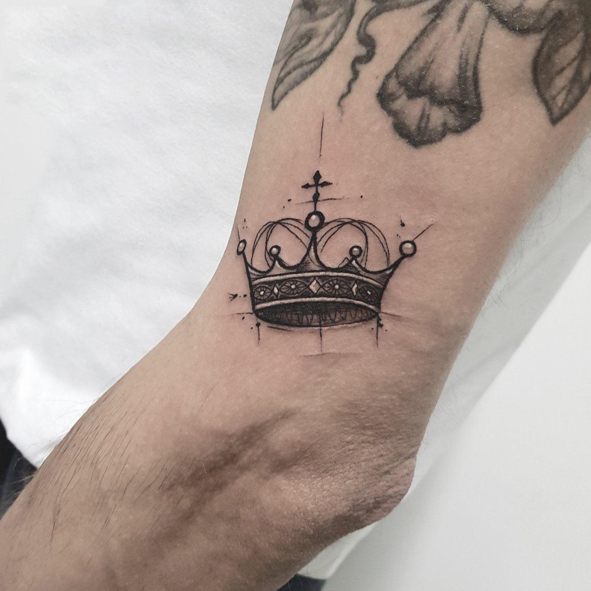 Hình xăm vương miện trên cánh tay