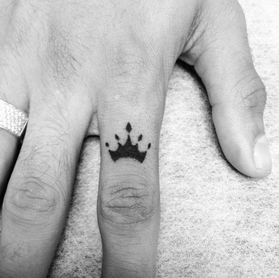 Hình xăm vương miện trên ngón tay